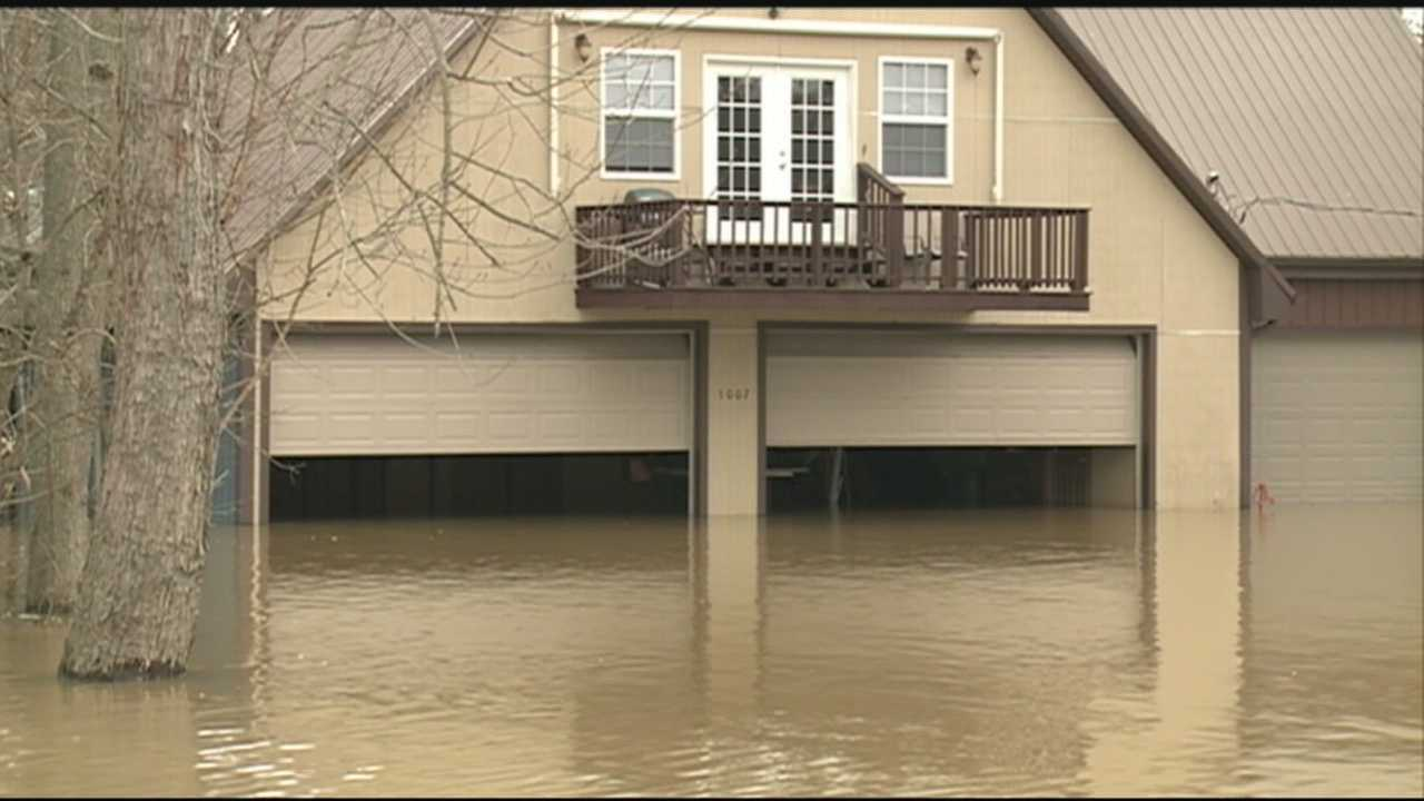 Flood victims return to survey damage, begin cleanup