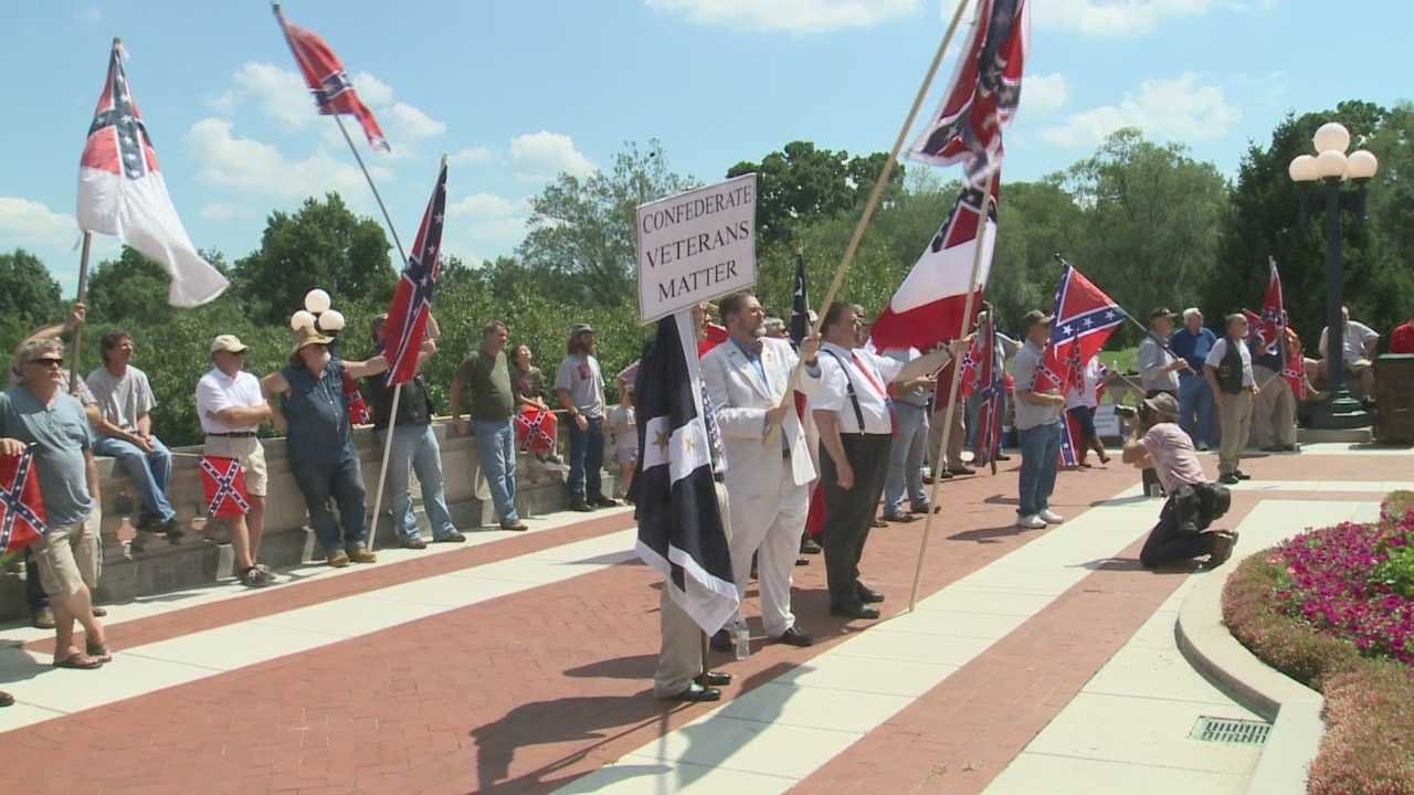 Crowd rallies in support of Jefferson Davis statue in Frankfort
