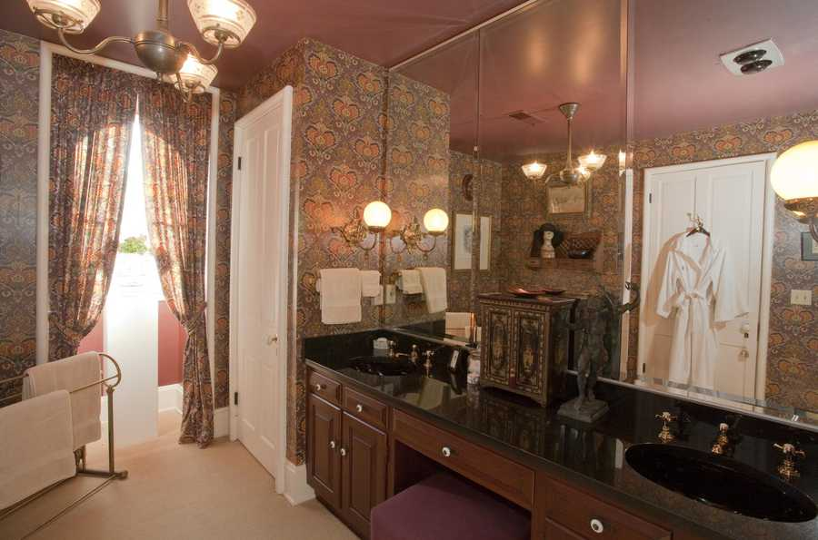 Third Floor, Guest Bathroom
