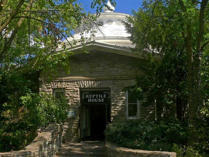 """The Cincinnati Zoological Garden,""""reached by electric tramways from Fountain Square, contains a fine collection of animals and is a favourite resort."""" The Reptile House was built a few years after the guide came out."""