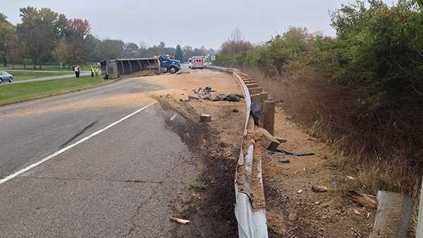 truck loses load 103013.jpg