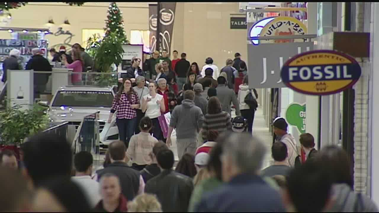 Last-minute shoppers across the Tri-State hit the mall, and encountered crowds and traffic, to find that last perfect present.