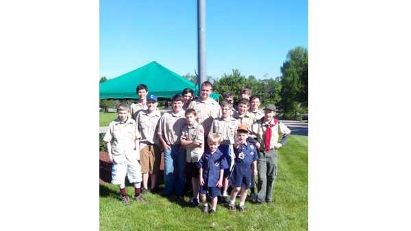 Scouts place flags 05242014.jpg