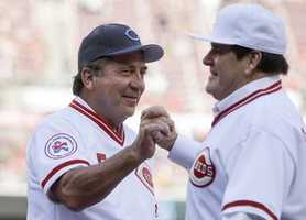 Former Cincinnati Reds players Pete Rose, right, and Johnny Bench clasp hands as Rose is introduced for a ceremony to honor the 1976 World Series champions, before the Reds' baseball game against the San Diego Padres, Friday, June 24, 2016, in Cincinnati. (AP Photo/John Minchillo)