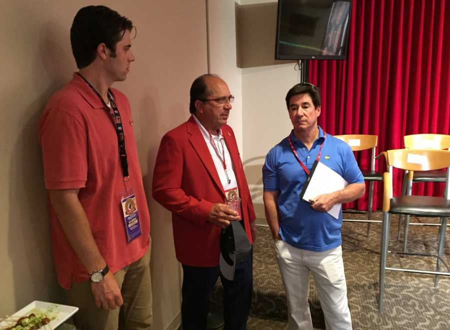 Johnny Bench, center