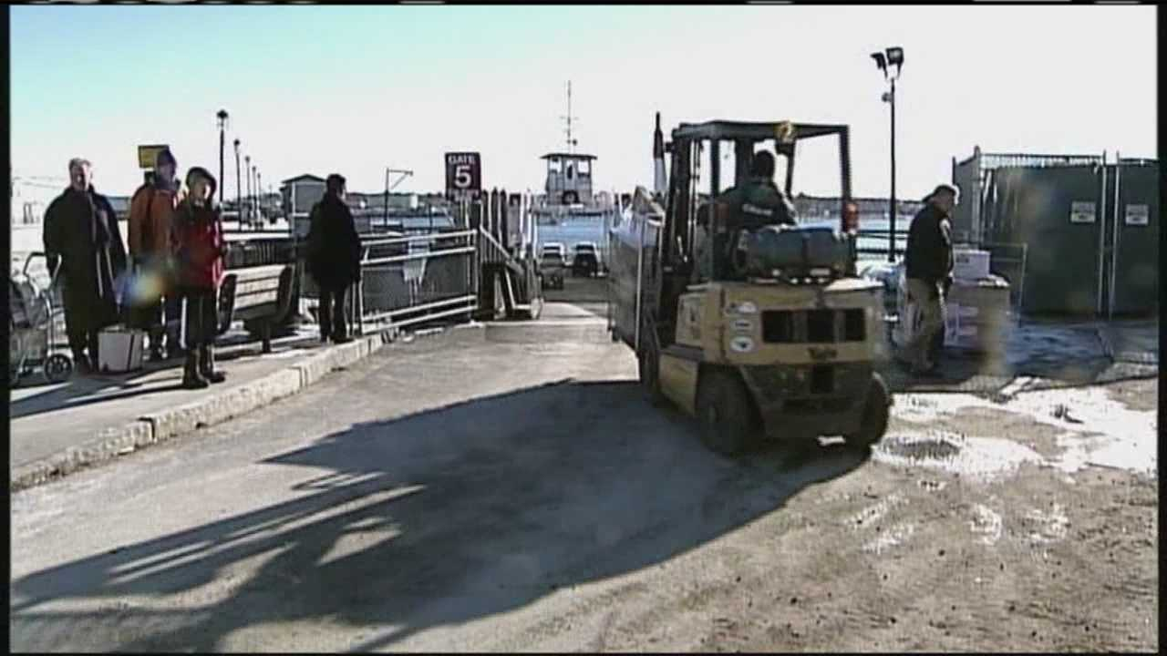 PORT img-Maine workers brave the cold
