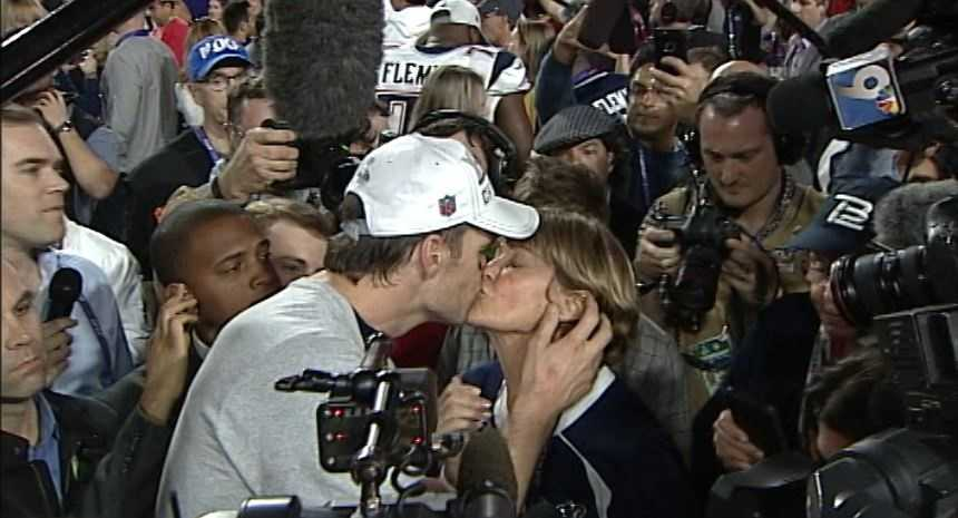 Tom Brady kisses his mom after leading the Patriots to a 4th Super Bowl victory.