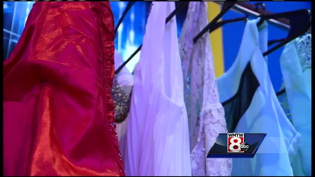 Smitty's Cinemas across Maine and New Hampshire are offering free Oscar-watching parties. Guests are encouraged to bring prom dresses and suits for students.