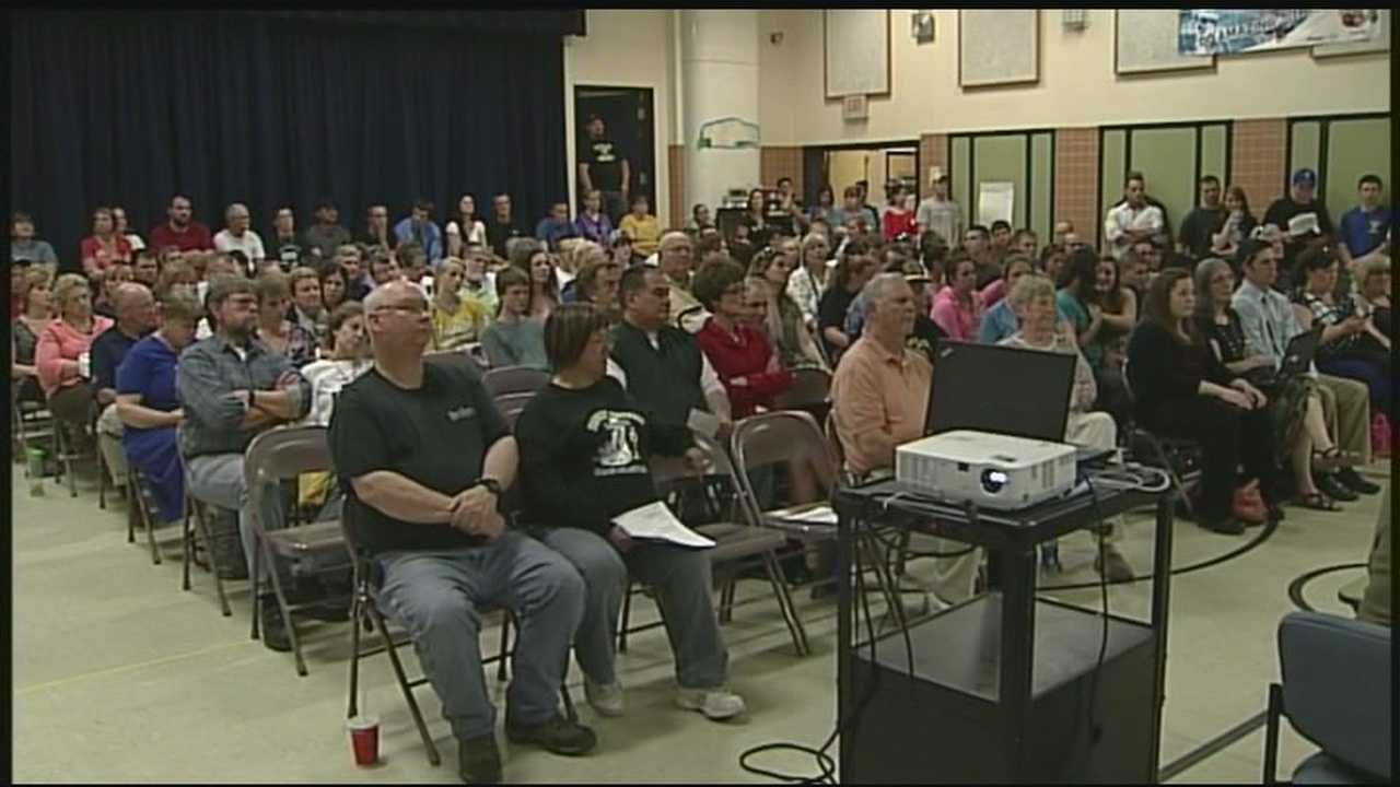 Hundreds turn out to question Franklin School Board