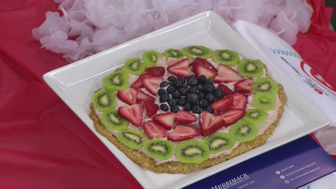 Cookie pizza with fruit