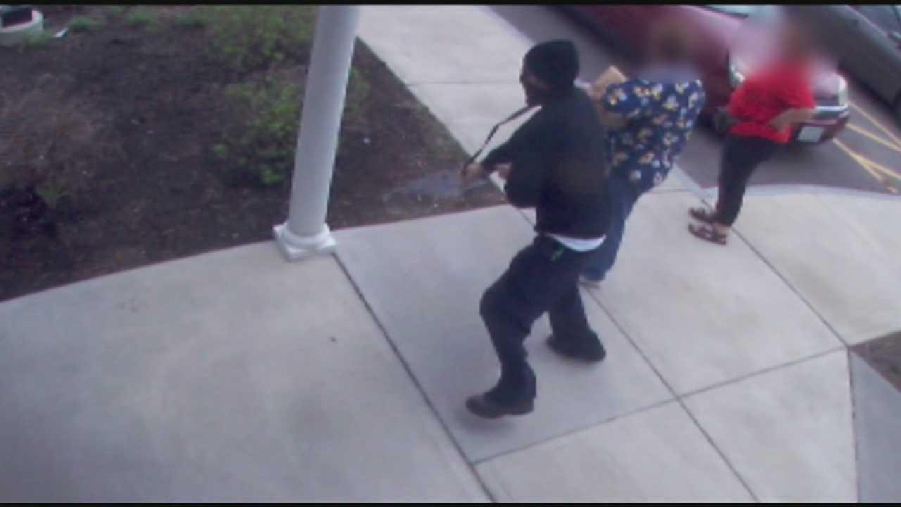 Man steals woman's purse in senior housing area