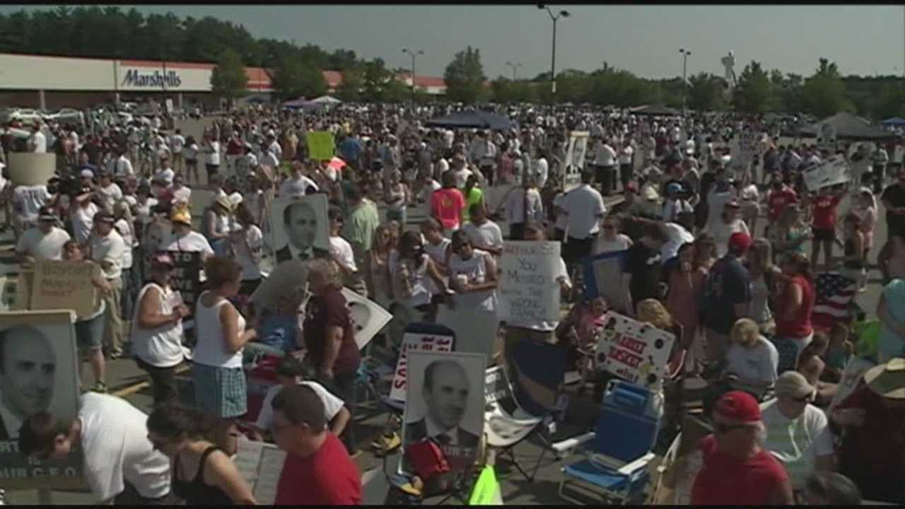 Thousands of workers, customers rally for ousted Market Basket CEO