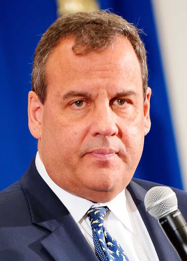 How tall is Chris Christie? He is 5 feet 11 inches tall.