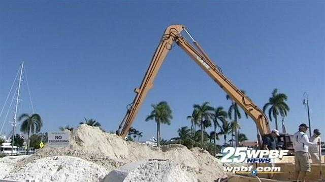 Florida sculptors are building a 35-foot Christmas tree out of sand in West Palm Beach.