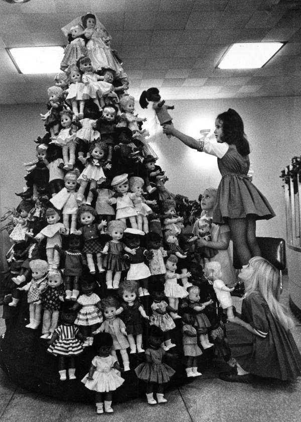 1970: The Altrusa Club of Tallahassee decorates a tree with dolls.