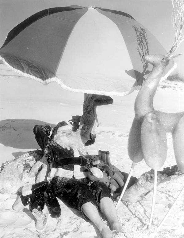 1956: Santa Claus relaxes on the beaches of Panama City.