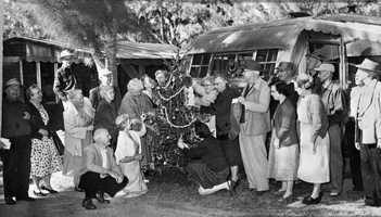1946: Residents of Sarasota City Park help decorate a tree.