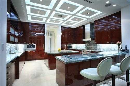 A kitchen this sleek rivals some of the most high-class restaurants in town. The chef of the house will definitely be in awe.