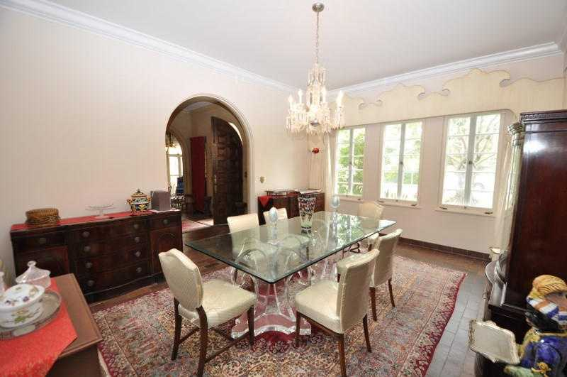 Classic style in the formal dining room.