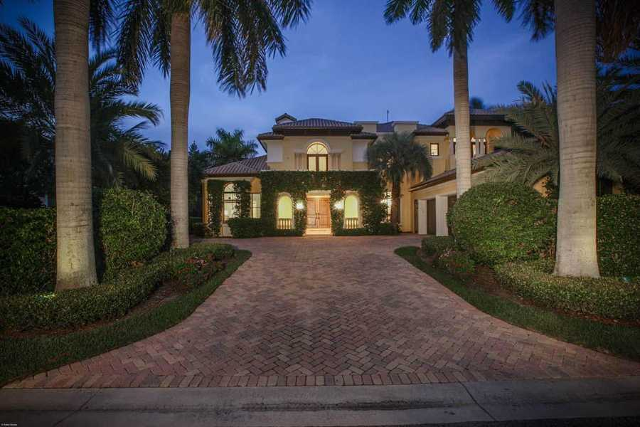 The property reaches 4,717 sq. ft.