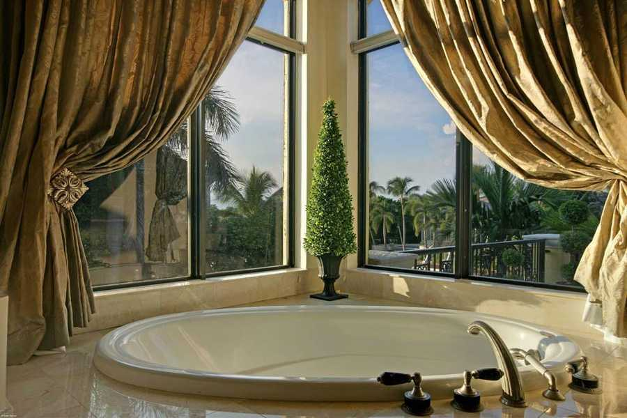 Amazing corner view from the spa tub.