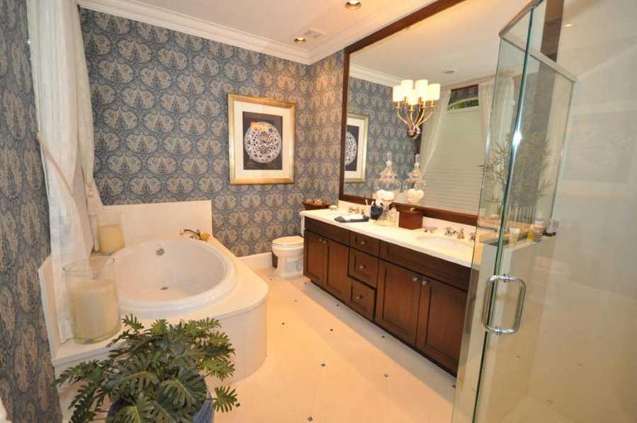 Large spa tub in the en suite master bathroom.