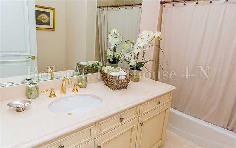 Classic full bathroom.