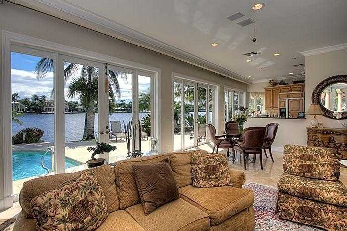Open floor plan between the living room and kitchen.