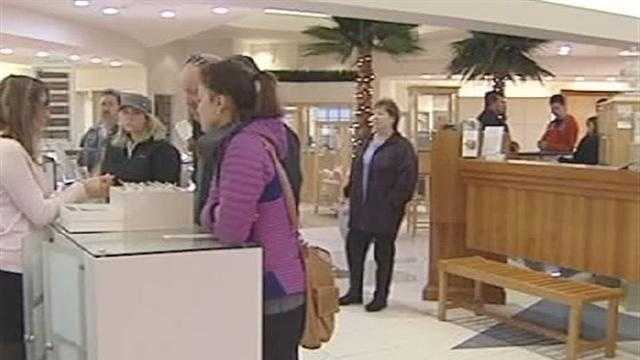 122412 Last-minute shoppers come out on Christmas Eve - img