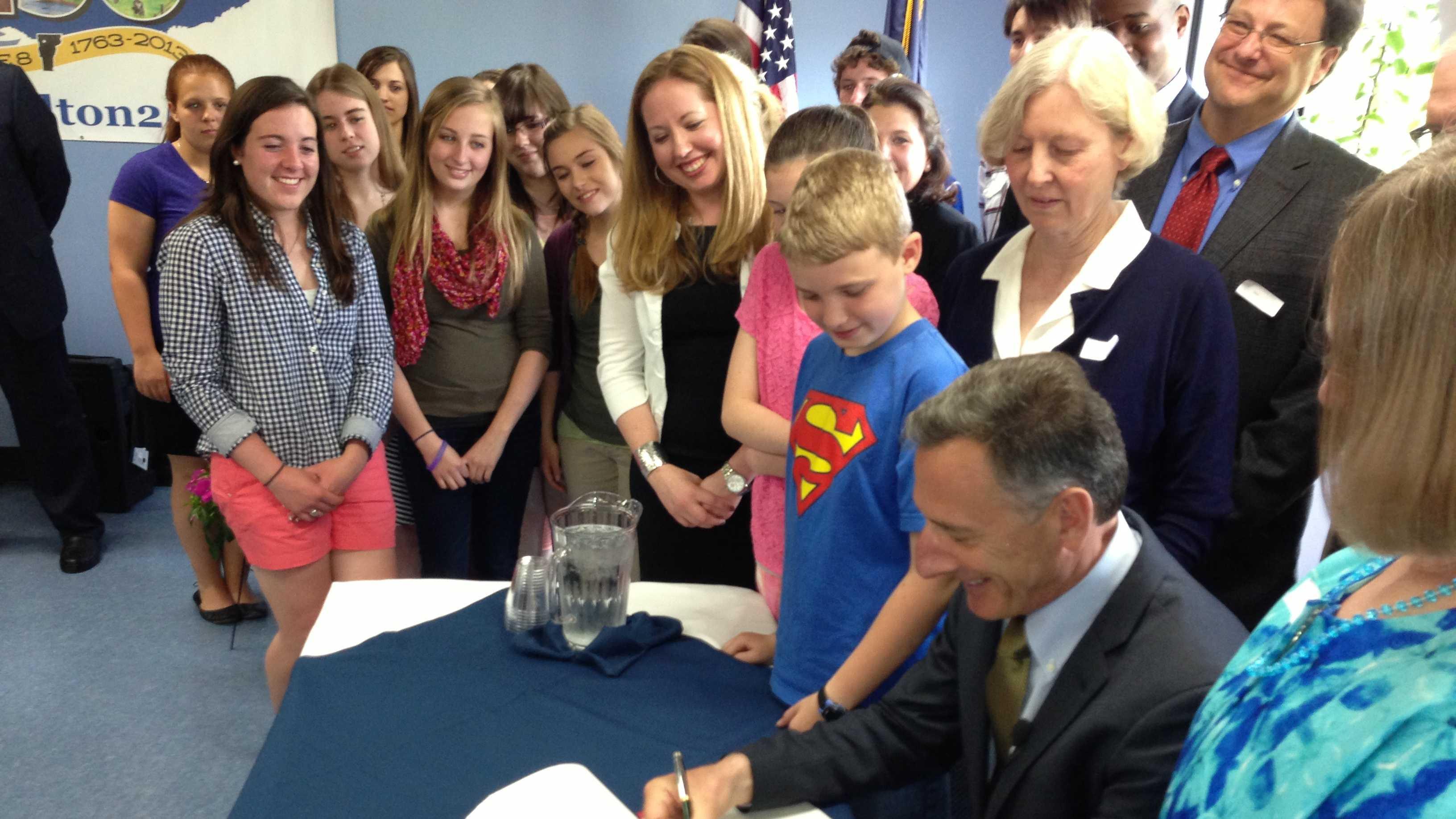 05-28-13 Shumlin signs new budget - img