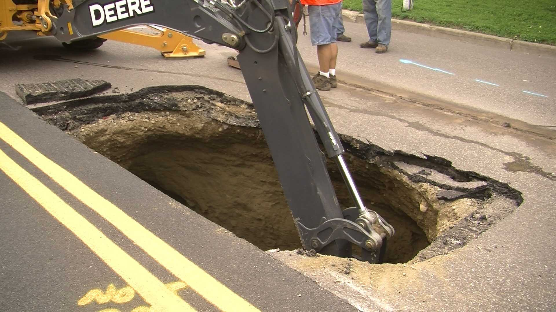 07-01-13 Sinkhole opens on busy Battery Street - img