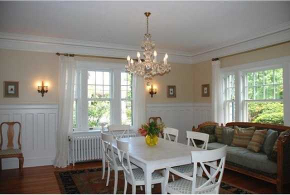Cozy dining room seamlessly mixes luxury and comfort.