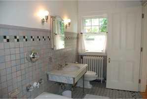 This is the en suite bathroom of a guest bedroom.