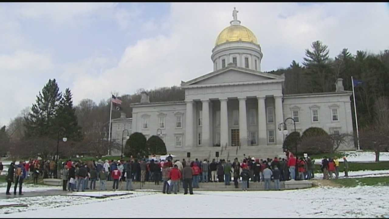 Hundreds of striking FairPoint union workers rallied on the steps of the Vermont State House.