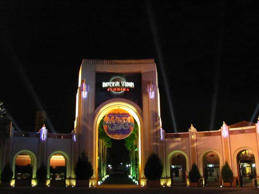 Universal Studios, Florida: Restaurants serve alcohol, but it must be consumed on location. Beer is also available around the park.