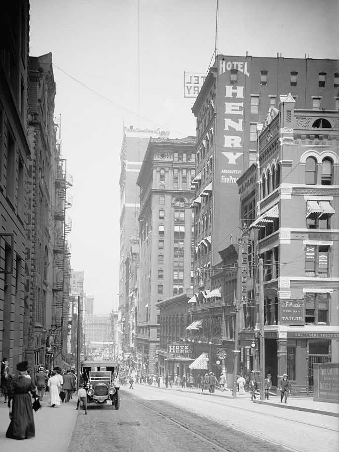 Busy Fifth Avenue in Downtown Pittsburgh prior to 1915.