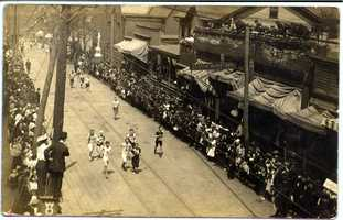 Start of a foot race along Main Street in Irwin. Believed to be between 3rd and 4th Streets.