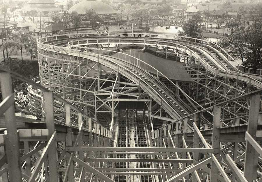 The modern-day version of the Racer was built in 1927. A reverse curve so that the train that started on the right side of the loading platform would finish on the left side. The new racer, which had wheels under the tracks, permitted bank curves as well as curves on the dips. The final hill was taken out of the coaster in 1949.The loading platform's facade was redesigned in 1946 and in 1960. The original front was restored in 1990.