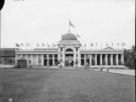 During the first few years of the 20th century, Kennywood erected the Wonderland building in an area to the left and forward of where the Turtle ride is today.  This photo is from 1906.