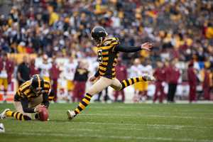 Shaun Suisham kicks a field goal for the Steelers.