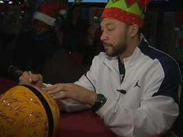 Charlie Batch signs an autograph