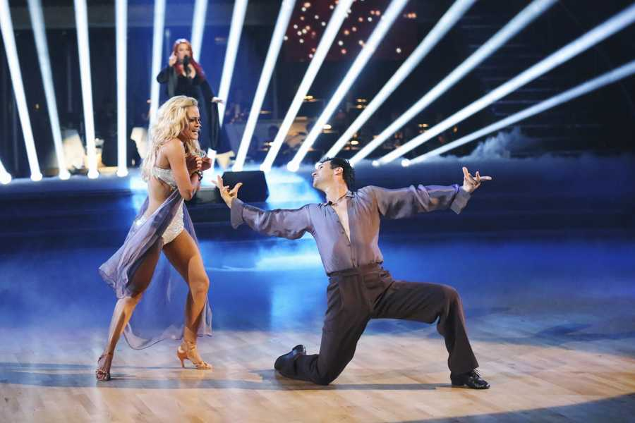 """WYNONNA JUDD - The entire celebrity cast returned on the two-hour Season Finale of """"Dancing with the Stars the Results Show,"""" (ABC/Kelsey McNeal)"""