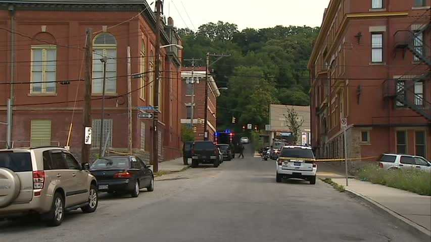 """Reports of a man on a roof with """"a small machine gun"""" brought a large Pittsburgh police response to De Ruad Street."""