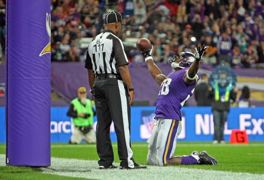 Adrian Peterson scores a touchdown.
