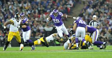 Adrian Peterson breaks through the Steelers' line.