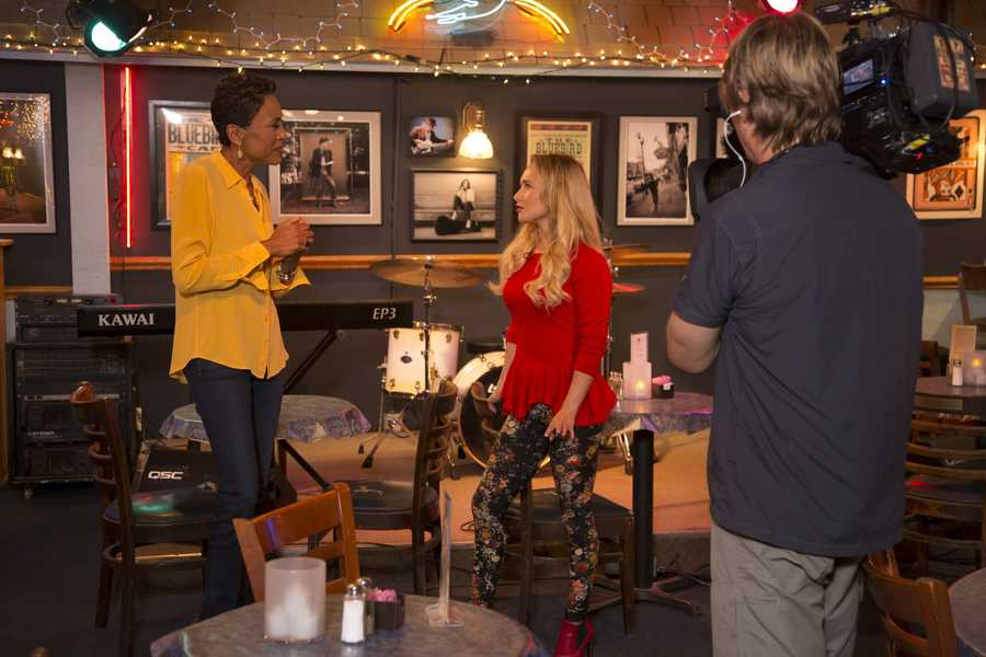 """Robin Roberts visits the set of the ABC drama """"Nashville"""" with Hayden Panettiere for a new one-hour special IN THE SPOTLIGHT WITH ROBIN ROBERTS: COUNTDOWN TO THE CMA AWARDS, airing TUESDAY, NOV. 5 (10-11pm, ET) (ABC/Chris Hollo)"""