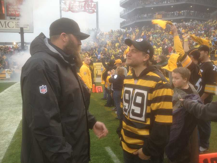 "Hunnam, who plays ""Jax"" on the show, sported a No. 99 Steelers throwback jersey. Here he is meeting the man behind the number, Brett Keisel."