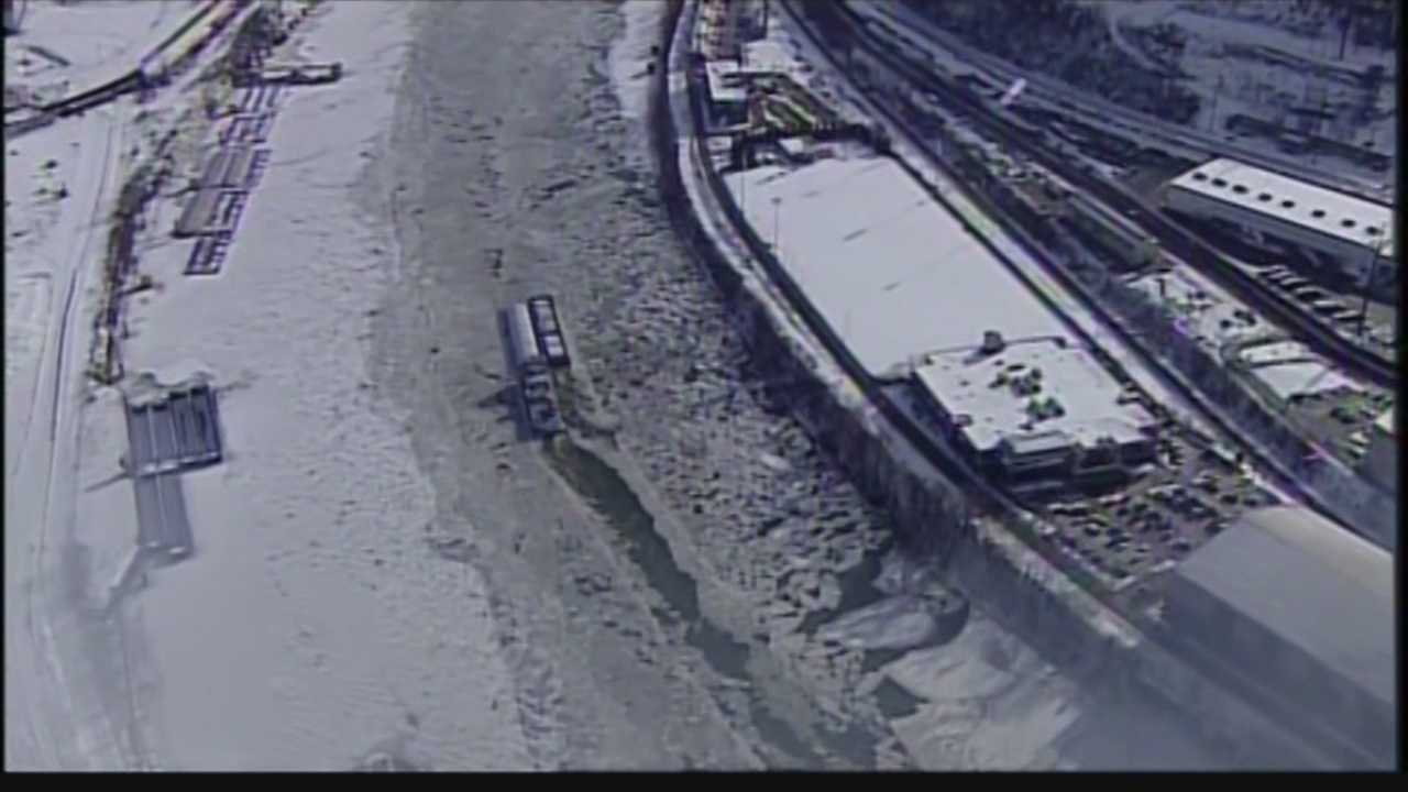 img-Ice beds slow river traffic