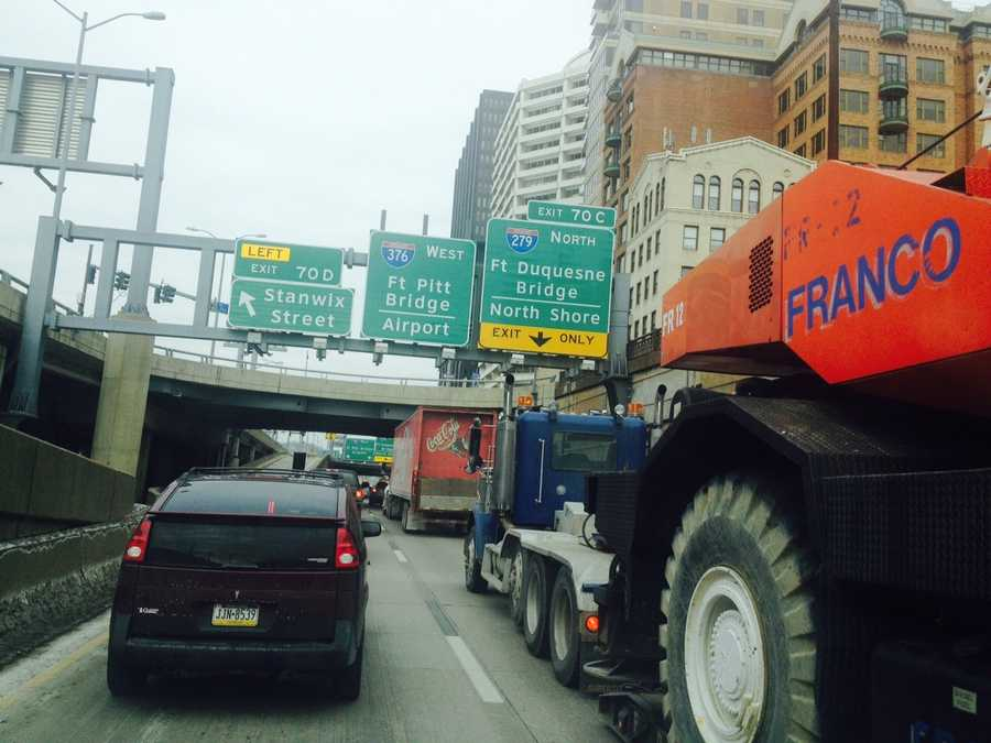 Traffic approaching the outbound Fort Pitt Bridge from Interstate 376 (Parkway East).