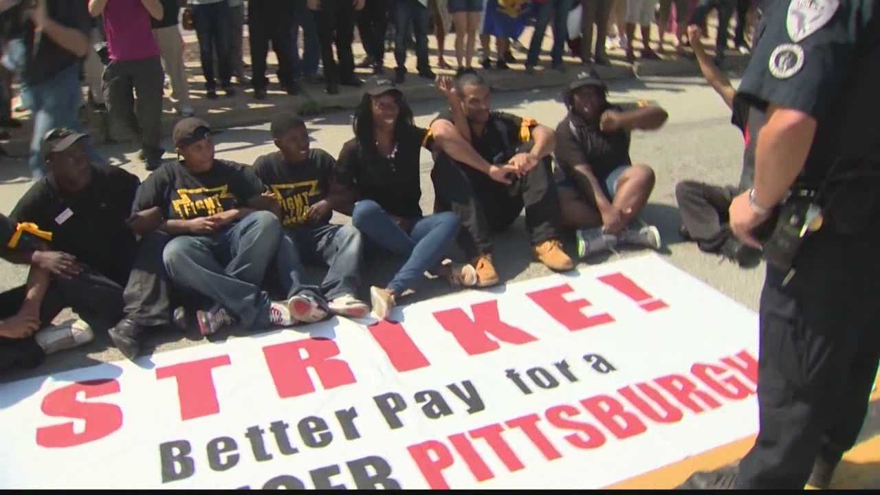 img-Fast-food protesters arrested for blocking traffic in Fight for 15